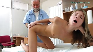 Blonde babe comes down obtain their way sweet pussy checked-up
