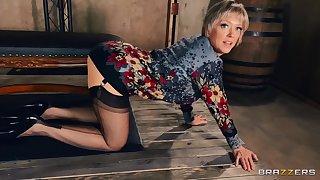 Dirty mature pornstar Dee Williams opens her legs less plunge her ass
